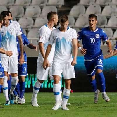 Sklonjene glave slovenskih reprezentantov po tekmi  na Cipru. Foto: Reuters