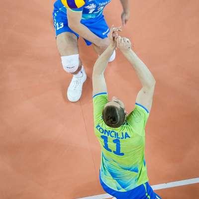 Jani Kovačič (v modrem dresu)  je bil na  svojem igralnem mestu   drugi najboljši udeleženec SP v Italiji. Foto: STA