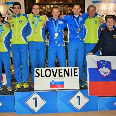 Zlati Erik Čeh (peti z leve) v družbi ostalih balinarjev uspešne  slovenske ekspedicije