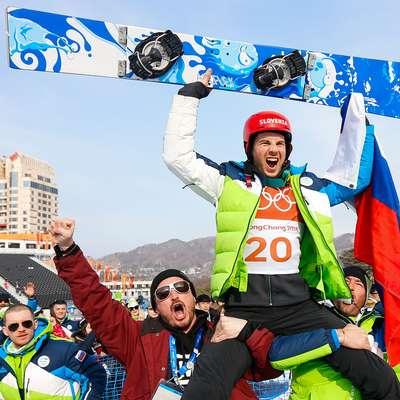 Žan Košir je po končani tekmi pristal na ramenih članov slovenske  odprave. Foto: STA