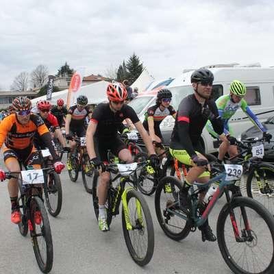 Iz Mirna je proti Krasu startalo več kot 400 kolesarjev.  Foto: Igor Mušič