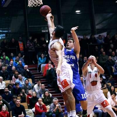 Milan Kovačevič (v belem dresu) in Anže Srebovt sta bila tudi na  sobotnem primorskem derbiju spet med najboljšimi posamezniki v  svojih ekipah. Foto: Zdravko Primožič/Fpa