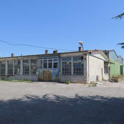 Največji sklop delavnic in skladišč v Komnu bo naprodaj 23.  januarja. Zanimanje zanj je, pravi stečajna upraviteljica.  Foto: Petra Mezinec