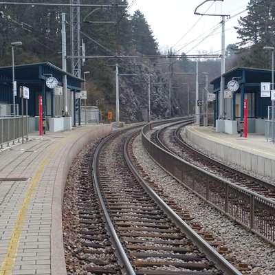 Ker je postaja Košana zgrajena na krivini, se vlaki nagnejo,  razmik do perona pa poveča. Foto: Helena Race