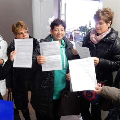 Odpovedi zaposlitve, ki so jih delavke tako prejele 16. decembra 2016, so bile nezakonite, je odločilo delovno  sodišče, ki je nato še odločilo, da mora zaradi prevzema dejavnosti delavke zaposliti Kobilarna Lipica.   Foto: Marica Uršič Zupan