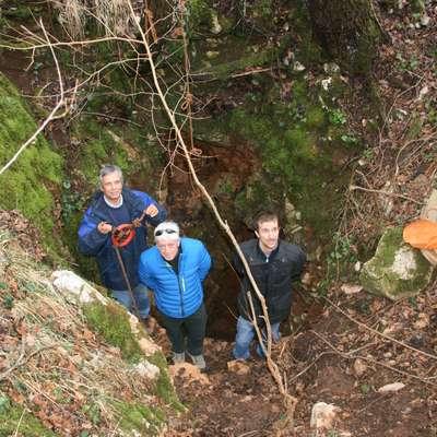 Jaka Jakofčič, Albert Ličan in Luka Biščak (z leve) pri vhodu v  Fedrigov dihalnik, globok 90 metrov, ki so ga jamarji vztrajno  kopali slabo leto in se skozenj prebili do struge Reke v Škocjanskih  jamah.     Foto: Lea Kalc Furlanič
