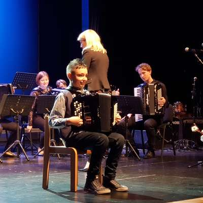 Ismail Čejvanovič je na koncertu tudi sam zaigral na harmoniko.  Mnogim pa je pomagal, da bolje razumejo osebe z avtizmom.  Foto: Samanta Coraci