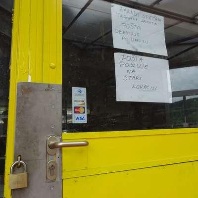 Na zaprtih vratih visita obvestili, da je trgovina zaprta in da pošta  deluje v svojih starih prostorih.  Foto: Helena Race