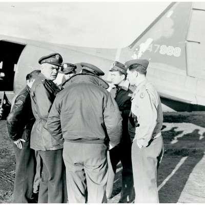 Jurij Kraigher z letalci reševalne enote v Bariju leta 1944.