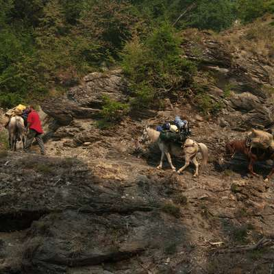 Vso jamarsko opremo in hrano so s konji po ozki planinski poti prenesli  do vznožja gore Hekurave. Foto: Matjaž Milharčič