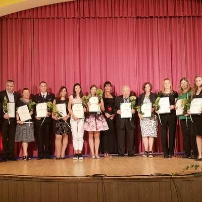 Prejemniki pohval, zahval in priznanj so se sinoči tako družili na  odru hrpeljskega kulturnega doma.  Foto: Andrejka Cunjac