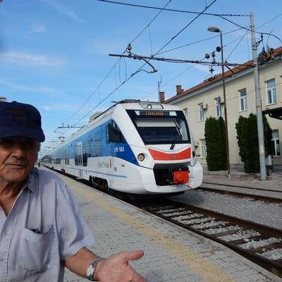 """""""Prej sem od Opčin do Sežane plačal dva evra, danes samo 80  centov,"""" se je včeraj čudil Ivan Pertot. V obratni smeri pa  je nov  vlak vozovnice podražil, a na srečo samo za dva dni. Foto: Marica Uršič Zupan"""