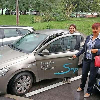 Divaška županja Alenka Štrucl Dovgan (desno) se je včeraj  preizkusila v vlogi prostovoljke, ki v sklopu Zavoda Sopotniki  prevaža starejše občane.    Foto: Lea Kalc Furlanič
