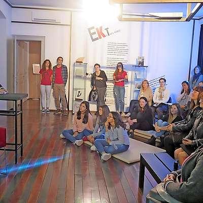 Mentorica Maja Prešern je zbranim v Kosovelovi sobi predstavila, kako je nastala pesniška  zbirka. Prireditve so se udeležili tudi prevajalci. Foto: Petra Mezinec