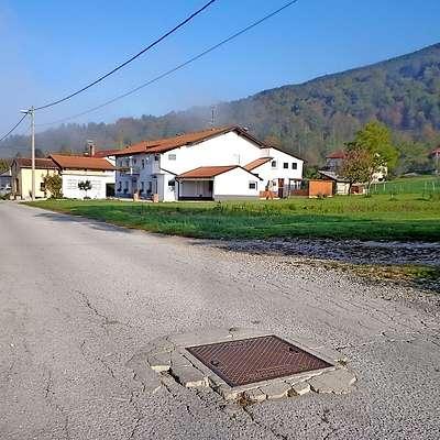 Cesta v vasi Vrbovo  je dvignila največ prahu, saj kar nekaj  svetnikov meni, da so druge ceste v občini bolj potrebne  obnove.  Foto: Katja Kirn Vodopivec