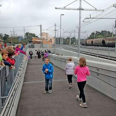 Včeraj so odprli tretji železniški podhod v Divači, ki bo po  dolgih letih spet povezal center z zahodnim delom mesta.   Foto: Lea Kalc Furlanič