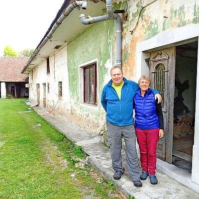 Colin Hind in Roz Trübger na pragu svoje domačije  v Kleniku Foto: Helena Race