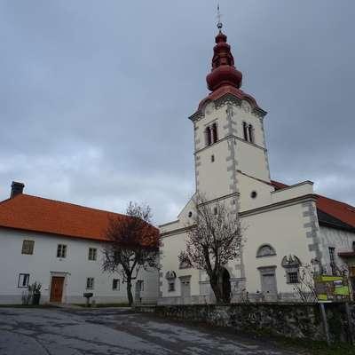 Sedanja podoba cerkve sv. Martina v Hrenovicah kaže, da je  bila večkrat predelana, najverjetneje je prva cerkev tu stala že  v 10. stoletju. Notranjost cerkve je v  renesančno-baročnem  slogu, z romanskimi ostanki. Nedavno so obnovili streho  župnišča ter streho in pročelje zvonika.