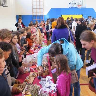 Na šolskem bazarju so učenci prodajali izdelke, ki so jih pripravili  v šoli. Izkupiček pa so namenili za šolski sklad. Foto: Petra Mezinec