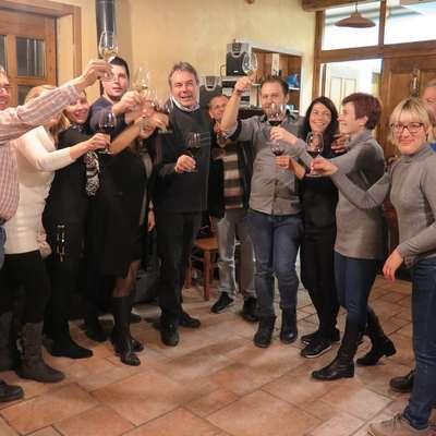 Škabarjeva ekipa je  na domačiji Širca Kodrič  v Godnjah nazdravila zmagi v drugem krogu. Foto: Petra Mezinec
