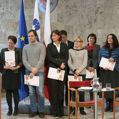 Certifikat Branju prijazna občina je za občino Hrpelje-Kozina  prevzela županja  Saša Likavec Svetelšek (peta z leve).  Foto: STA