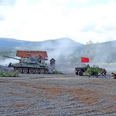 Na prizorišče so se pripeljali s tanki, puške so streljale slepe  naboje, za močnejše eksplozije in dim so poskrbeli pirotehniki.  Foto: Helena Race