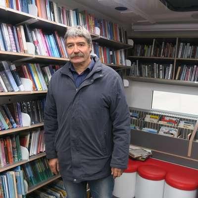 Maksimiljan Valič je do lanske upokojitve skoraj 40 let s štirimi  bibliobusi, s katerimi je varno prevozil več kot 360.000 kilometrov,  širil in dvigoval bralni utrip na Postojnskem in Pivškem. Foto: arhiv Knjižnice Bena Zupančiča