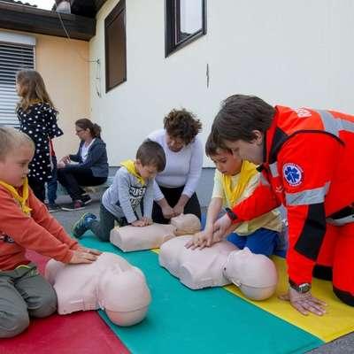Otroci so s pomočjo lutk spoznali temeljne postopke oživljanja. Foto: arhiv vrtca Postojna
