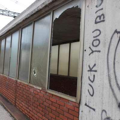 Železniška postaja je občasno tudi tarča vandalov, v Slovenskih  železnicah pa pravijo, da posledice sproti odpravljajo. Foto: Veronika Rupnik Ženko