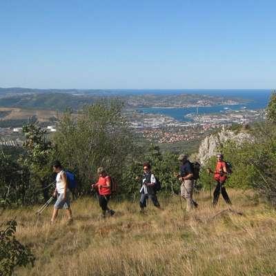 Pot, ki vodi nad dolino Glinščice,  v lepem vremenu ponuja  čudovite razglede na Tržaški zaliv.   Foto: Petra Vidrih