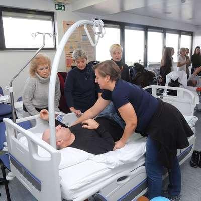 V rehabilitaciji po možganski kapi sodeluje  tim  strokovnjakov, del  slednje so prikazali  na dnevu odprtih vrat v Izoli.   Foto: Zdravko Primožič/FPA