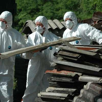 Pri delu z odpadki, ki vsebujejo azbest, sta nujni usposobljenost in  posebna zaščitna oprema.   Foto: Leo Caharija