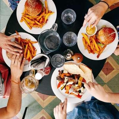 V razvitih državah, kjer večina ne čuti pomanjkanja, se jedilnik v  povprečju omejuje le na ozek izbor živil.  Foto: /