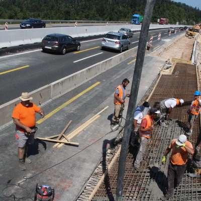 Med najbolj izpostavljenimi soncu so v poletnih mesecih gradbeni  delavci. Foto: Danijel Cek