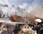 Gasilci so napeli vse moči, da bi pred ognjem obvarovali daljnovod