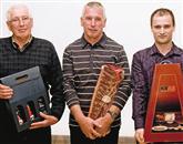 Šampionska mesta so med 171 vzorci  osvojili (z desne): zlato Robert Ščuka, srebro Oskar Kristančič  in bron Alojz Kodermac Foto: Bogdan Macarol