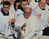 Potem ko je ameriška revija Time papeža Frančiška nedavno imenovala za osebnost leta, je zdaj enako storila tudi ameriška revija Advocate, namenjena skupnosti lezbijk, gejev, biseksualcev in transseksualcev Foto: STA